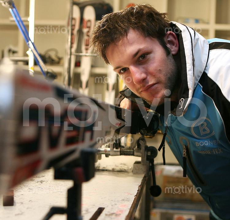 Ski Alpin; Saison 2006/2007  Abfahrt Herren Stephan Keppler (GER) schauch ueber seine Head - Ski