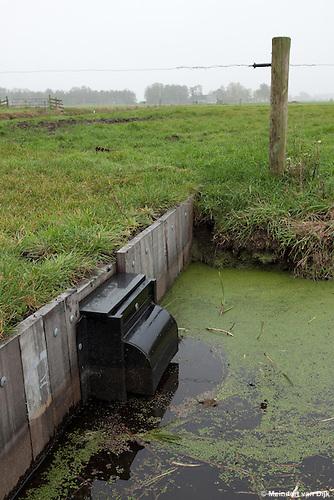"""Overstortbakken (stuwbakken) worden toegepast om niveauverschillen in waterlopen als sloten, beken en riviertjes te reguleren. Zij worden in het bijzonder gebruikt in natuurprojecten, bijvoorbeeld in gebieden waar de waterstand ten behoeve van weidevogels """"beheerst""""moet worden.  Door middel van een verstelbare opening de waterinvoer worden beïnvloed. De afgebeelde overstortbak heeft een zogenaamd 'kuikenschot'. Dit voorkomt dat jonge kuikens van watervogels de waterinvoer worden ingezogen en verdrinken."""
