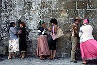 24-25 MAG 1978 - Saintes Maries de la Mer (Camargue):  raduno annuale internazionale di zingari provenienti da tutta Europa in occasione della festa di santa Sara, loro patrona. Zingare leggono la mano.MAY 24-25 1978 -  Saintes Maries de la Mer (Camargue): annual gathering of the gypsies coming from all over Europe to venerate their patron saint, Sarah. Gypsy women reading the hand.