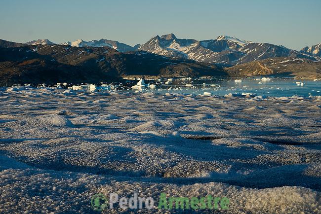 La expedición de Greenpeace en el Artico muestra las evidencias del cambio climatico en el del casquete Polar artico, en Groenlandia. Alejandro Sanz acompaña a la expedición. 20 Julio 2013. ©Pedro ARMESTRE