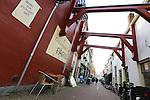 Foto: VidiPhoto<br /> <br /> KAMPEN - Winkeliers in de Geerstraat in Kampen hebben nog steeds last van de crisis.