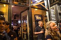 L'attesa dei risultati per il referendum sull'indipendenza scozzese . Il primo pub scozzese a Parigi.