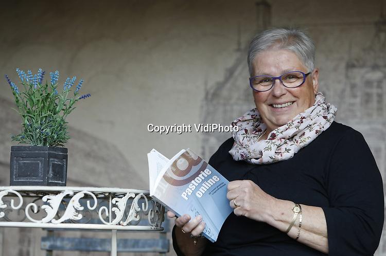 Foto: vidiPhoto<br /> <br /> AALTEN - Liefdesgoeroe, hulpverleenster en psychologe Marijke Rots-de Weger (70) uit Aalten heeft haar duizendste vraag beantwoord voor Refoweb. Ze is het eerste panellid van de vragenrubriek -waaraan zo'n 150 deskundigen meewerken- dat deze mijlpaal bereikt in het vijftienjarige bestaan van de christelijke jongerensite. Inmiddels staan er ruim 10.000 vragen en antwoorden online. De vragenrubriek van Refoweb is qua opzet en het aantal en soort deskundigen dat daar aan meewerkt, uniek op internet.