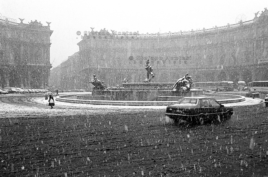 Febbraio  1986  .Intensa nevicata  a Roma  .Piazza delle Repubblica coperta di neve. February 1986  .Intense snowfall in Rome  .Plaza of the Republic covered with snow