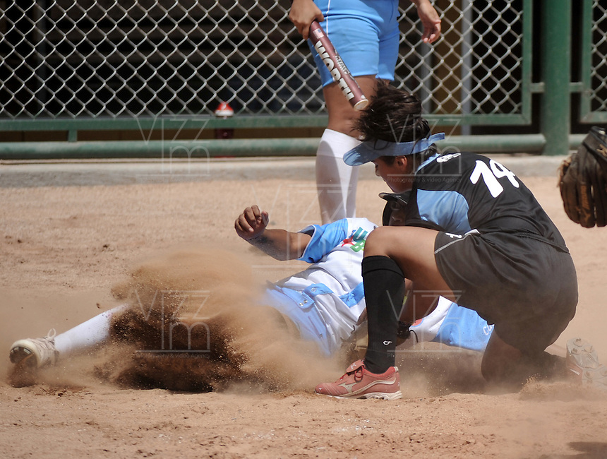 CALI - COLOMBIA - 29-07-2013: Partido de Softball entre Aruba y Argentina durante los IX Juegos Mundiales Cali, julio 29 de 2013. (Foto: VizzorImage / Luis Ramirez / Staff). Match of Softball between Aruba and Argentina in the IX World Games Cali, July 29, 2013. (Photo: VizzorImage / Luis Ramirez / Staff).