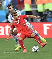 FUSSBALL WM 2014                ACHTELFINALE Argentinien - Schweiz                  01.07.2014 Xherdan Shaqiri (vorn, Schweiz) gegen Jose Basanta (hinten, Argentinien)