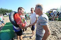 FIERLJEPPEN: VLIST: 22-08-2015, NK Fierljeppen/Polstokverspringen, felicitaties van Aart de With voor winnaar Jaco de Groot (heren) 20.25m, ©foto Martin de Jong