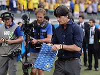 FUSSBALL WM 2014                HALBFINALE Brasilien - Deutschland          08.07.2014 Bundestrainer Joachim Loew (Deutschland) schaut sich das Geschenk des Trainer Luiz Felipe Scolari (Brasilien) an