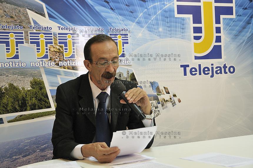 Partinico: Pino Maniaci during the news of antimafia tv channel Telejato .<br /> Partinico: Pino Maniaci nel tg della tv antimafia Telejato