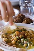 Asie/Israel/Tel-Aviv-Jaffa: Hoummous et Flafel au restaurant Roni Foul à Jaffa
