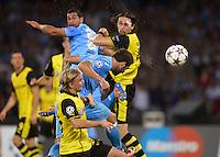 FUSSBALL   CHAMPIONS LEAGUE   SAISON 2013/2014   Vorrunde SSC Neapel - Borussia Dortmund      18.09.2013 Gonzalo Higuain (Mitte, SSC Neapel) koepft das Tor zum 1-0 gegen Marcel Schmelzer (unten, Borussia Dortmund)