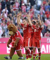 Fussball  1. Bundesliga  Saison 2013/2014  9. Spieltag FC Bayern Muenchen - 1. FSV Mainz     19.10.2013 Schlussjubel FC Bayern Muenchen, Laola; Maskotten Berni, Bastian Schweinsteiger und Philipp Lahm (v.li.)