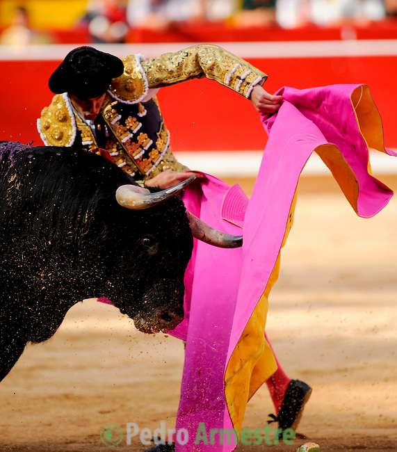 Spanish matador David Mora gives a pass to a El Pilar bull during the fourth corrida of the San Fermin Festival, on July 10, 2012, in the Northern Spanish city of Pamplona. (c) Pedro ARMESTRE