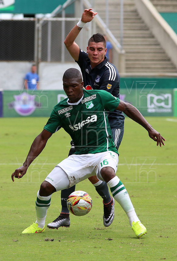 CALI -COLOMBIA-17-04-2016. German Mera (Izq) del Deportivo Cali disputa el balón con Michael Rangel (Der) de Millonarios durante partido por la fecha 13 de la Liga Águila I 2016 jugado en el estadio Palmaseca de Cali./ Deportivo Cali player German Mera (L) fights for the ball with Michael Rangel (R) player of Millonarios during match for the date 13 of the Aguila League I 2016 played at Palmaseca stadium in Cali. Photo: VizzorImage/Juan C Quintero