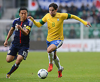 FUSSBALL   INTERNATIONAL   Testspiel    Japan - Brasilien          16.10.2012 KAKA (re, Brasilien) gegen Makoto HASEBE (Japan)