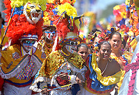 BARRANQUILLA-COLOMBIA- 25-02-2017: Desfile de la Batalla de flores den carnaval 2017. Carnaval de Barranquilla 2017 invita a todos los colombianos a contagiarse del Jolgorio general de una de las festividades más importantes del país y que se lleva a cabo del 9 hasta el 28 de febrero de 2016. / Batalla de Flores parade of the Carnaval 2017. Carnaval de Barranquilla 2017 invites all Colombians to catch the general reverly that make it one of the most important festivals of the country and take place until February 28, 2017.  Photo: VizzorImage / Alfonso Cervantes / Cont