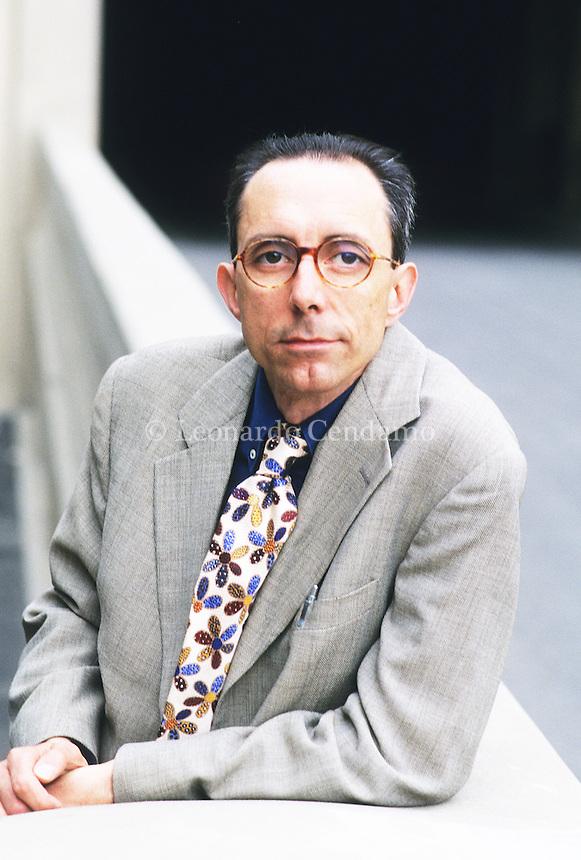 Alessandro Tamburini (Rovereto, 29 marzo 1954) è uno scrittore, insegnante e sceneggiatore italiano, autore di raccolte di racconti, romanzi e saggi. Torino, 2000. © Leonardo Cendamo