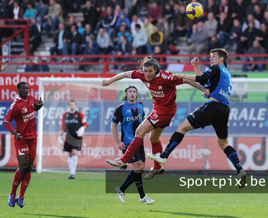 KV Kortrijk - Club Brugge ..Luchtduel tussen Davy De Beule en Michael Klukowski (rechts). Ibou (links) kijkt toe..foto VDB / BART VANDENBROUCKE