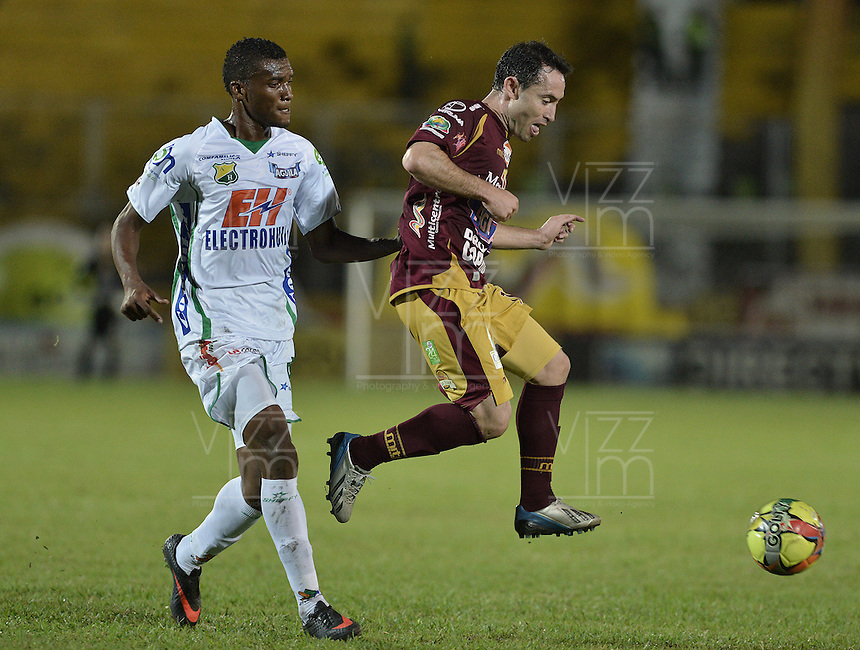 IBAGUÉ -COLOMBIA, 15-09-2013. Hugo Lusardi (D) del Tolima disputa el balón con Didier Moreno (I) del Huila durante partido válido por la fecha 9 de la Liga Postobón II 2013 jugado en el estadio Manuel Murillo Toro de la ciudad de Ibagué./ Tolima Player Hugo LUsardi (R) fights for the ball with Huila player Didier Moreno (L) during match valid for the 9th date of the Postobon  League II 2013 played at Manuel Murillo Toro stadium in Ibague city. Photo: VizzorImage/STR