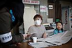 Tokyo, April 20 2011 - .(eng) Inside the Tokyo Budokan, temporary shelter provided by the Tokyo city hall,  Ai Izumisawa, 33, receive information from a social worker.. Ai Izumisawa used to live in Iwaki, 45km from the plant. She made the choice to escape to protect her daughter's health...(fr) Au Tokyo Budokan, gymnase mis à disposition par la mairie de Tokyo, Ai Izumisawa, 33 ans, recoit une aide d'une conseillere juridique pour la scolarisation de sa fille et pour trouver un moyen de payer le pret de son apartement. Originaire d'Iwaki, a 45km au sud de la centrale nucleaire de Fukushima Daiichi, Ai a choisi de fuir pour protéger la santé de sa fille, Miruku, 7 ans.