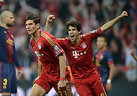FUSSBALL  CHAMPIONS LEAGUE  HALBFINALE  HINSPIEL  2012/2013      FC Bayern Muenchen - FC Barcelona      23.04.2013 Torjubel: Mario Gomez (li) und Javier Javi Martinez (re, beide FC Bayern Muenchen)