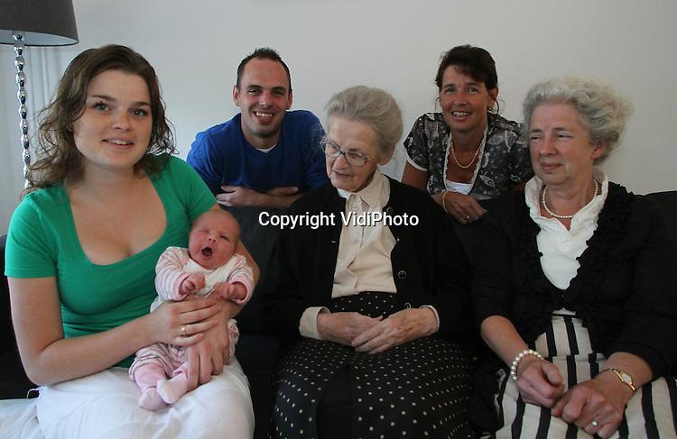Foto: VidiPhoto..SCHERPENZEEL - Met de geboorte van Mearle vorige week, telt de familie Van den Berg uit Scherpenzeel nu vijf generaties, een niet alledaags fenomeen. Vrijdag zochten alle generaties elkaar op in de woning van de kersverse ouders. Op de foto zittend: Moeder Tineke van den Berg-van Velthuizen (23), dochter Mearle, overgrootmoeder Mieke Hazeleger- van Dijkhuizen (65), bet-overgrootmoeder Clara van Dijkhuizen-van Engelenhoven (91). Daarachter: Vader Wilbert van den Berg (25) en oma Klaske van den Berg-Hazeleger (44).