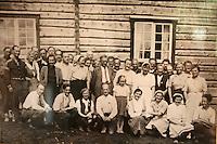 Foto fra invielsen av Schulzhytta i 1948, bilde henger på hytta.  Schulzhytta.