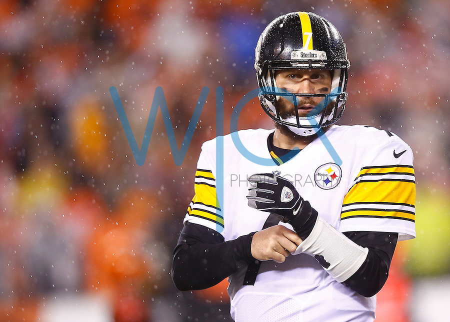 Ben Roethlisberger #7 of the Pittsburgh Steelers takes the field for their final drive in the fourth quarter against the Cincinnati Bengals during the Wild Card playoff game at Paul Brown Stadium on January 9, 2016 in Cincinnati, Ohio. (Photo by Jared Wickerham/DKPittsburghSports)