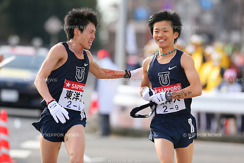 (L-R) Ryu Takaku, Kazuki Uemura (Toyo-Univ),<br /> JANUARY 3, 2014 - Athletics : <br /> The 90th Hakone Ekiden Race, <br /> Totsuka Relay place <br /> in Kanagawa, Japan. <br /> (Photo by AFLO SPORT) [1156]