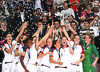 Santiago, Chile: American players celebrate their champion trophy at the Fifa U-20 Women´s World Cup, after defeat Korea DRP's team in the Florida´s Municipal Stadium, on December 07 th, 2008. By Grosnia / ISIphotos.com