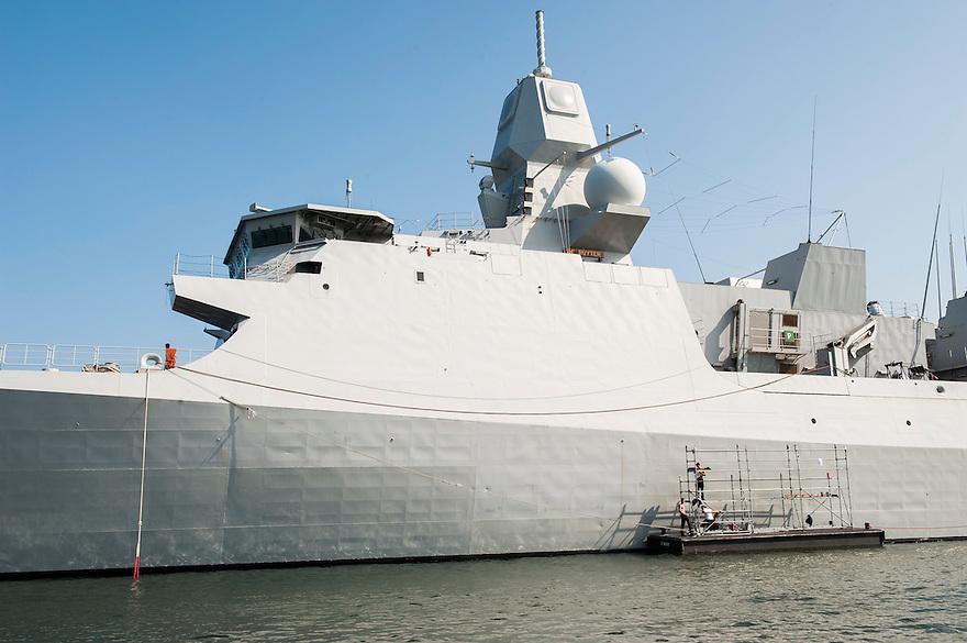 Nederland, Den Helder, 4 sept 2013<br /> Buitenschilderwerk aan een van de patrouilleboten van de Marine in den Helder. <br /> Marine moet ook fors bezuinigen.<br /> <br /> Foto(c): Michiel Wijnbergh