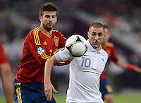 FUSSBALL  EUROPAMEISTERSCHAFT 2012   VIERTELFINALE Spanien - Frankreich      23.06.2012 Gerard Pique (li, Spanien) gegen Karim Benzema (re, Frankreich)
