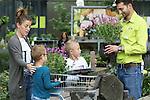 Foto: VidiPhoto<br /> <br /> ELST (GLD) &ndash; Oeps, een dag te vroeg en veel te veel tegels... Marjolein Stupers uit Arnhem meldde zich vrijdag bij Intratuin in Elst met een vracht stenen en stoeptegels. Maar dat was nu net niet de bedoeling van het tuincentrum. Slechts &eacute;&eacute;n tegel of steen mag er ingeleverd worden voor de campagne &ldquo;Tegel eruit, plant erin&rdquo;, die zaterdag plaats heeft. Jeroen Bruinsma van Intratuin Elst: &ldquo;Het is niet de bedoeling dat mensen hier hun overbodige stenen en tegels komen inleveren. E&eacute;n tegel is genoeg. De eerste honderd mensen krijgen zaterdag twee gratis vlinder- en bijenplanten mee.&rdquo; Het gaat daarbij om het Nationale Tuinweekcadeau van tuinvereniging Groei &amp; Bloei die zaterdag bij alle vestigingen van Intratuin in Nederland aangeboden wordt. De actie heeft als doel om Nederland weer een beetje groener te maken. Marjolein: &ldquo;Ik hoorde van mijn buren dat je gratis planten krijgt als je tegels inlevert en heb gelijk een aantal tegels en stenen uit mijn tuin gehaald. Ik wist niet dat deze actie alleen op zaterdag is.&rdquo; Desondanks kreeg de Arnhemse toch twee gratis planten mee naar huis, in ruil voor een tegel. De rest mocht ze weer mee naar huis nemen. Om inspiratie op te doen kan iedereen dit weekend een kijkje gaan nemen bij meer dan 1.000 particuliere tuinen van Groei &amp; Bloei-leden. Die worden in het kader van het Nationale Open Tuinenweekend opengesteld voor het publiek.