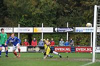 VOETBAL: SURHUISTERVEEN: Sportpark 't Ketting, 20-10-2012, vv 't Fean '58 - SC Veenwouden, Eindstand 2-1, Jelte Bottema (#5 | 't Fean '58) kopt de 2-1 binnen achter keeper Coenraad van der Mark (#21 | Veenwouden), ©foto Martin de Jong