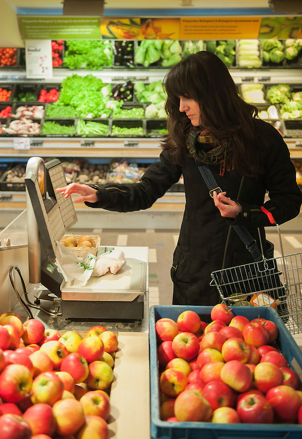 Nederland, Rotterdam, 6 febr 2012.Gimsel natuursupermarkt, Mariniersweg, Rotterdam..Grote biologische supermarkt..Klant weegt product af.Foto (c): Michiel Wijnbergh