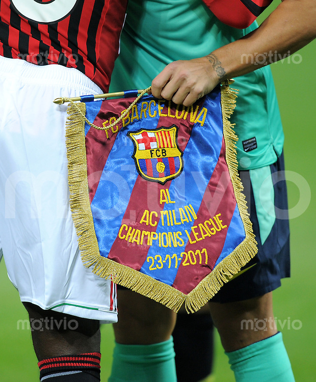 FUSSBALL   CHAMPIONS LEAGUE   SAISON 2011/2012     23.11.2011 AC Mailand - FC Barcelona Wimpel wird ueberreicht