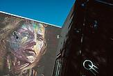 Graffiti an der Hauswand eines indischen Restaurants im Kreativviertel Telliskivi in Tallinn, Estland.