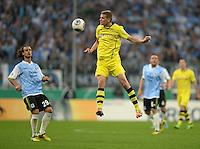 FUSSBALL   DFB POKAL 1. RUNDE   SAISON 2013/2014 TSV 1860 Muenchen - Borussia Dortmund         24.09.2013 Sven Bender (re, Borussia Dortmund) gegen Yannick Stark (1860 Muenchen)