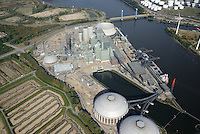 Kraftwerk Moorburg: EUROPA, DEUTSCHLAND, HAMBURG, (EUROPE, GERMANY), 23.02.2014: Standort des Kraftwerk Moorburg an der Suederelbe. Das Kohlekraftwerk Moorburg  ist ein  Kohlekraftwerk im Hamburger Stadtteil Moorburg. Das Kraftwerk entsteht am Standort des 2004 abgerissenen Gaskraftwerkes Moorburg.<br /> Baubeginn fuer das neue Kraftwerk mit zwei steinkohlebefeuerten Bloecken mit jeweils 865 MW elektrischer Nennleistung war im Oktober 2007. Eine Auskopplung von maximal 650 MW Fernwarrme wird die Erzeugung des ausser Betrieb gehenden Heizkraftwerks Wedel ersetzen und darueber hinaus einen weiteren Ausbau der Fernwaermeversorgung im Sueden Hamburgs ermoeglichen. Im September 2006 gab der Aufsichtsrat von Vattenfall Europe die interne Genehmigung zum Bau des Kraftwerks. Dieses wird nach Vattenfall-Angaben rund 2,6 Mrd. Euro kosten.<br />  <br /> Der erste Block sollte 2012 in Betrieb gehen, der zweite ein Jahr sp&auml;ter folgen. Wegen &bdquo;Qualit&auml;tsproblemen bei Schwei&szlig;n&auml;hten&ldquo;, die im Fr&uuml;hjahr 2011 in den bereits errichteten Dampfkesseln festgestellt wurden, geht Vattenfall Europe von einer mehrmonatigen Verz&ouml;gerung bei der Inbetriebnahme aus.[3]