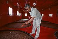 Asie/Japon/Tokyo: Chateau Kikkoman - Fabrication de la sauce soja - Contrôle de la fermentation