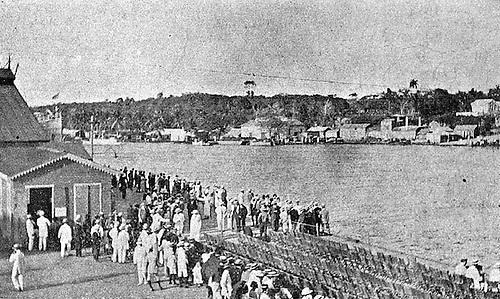El público en el muelle. Blanco y Negro. Año VI, No. 265. 15 de febrero de 1914.© E. García.