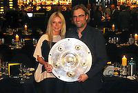 FUSSBALL   1. BUNDESLIGA   SAISON 2011/2012   34. SPIELTAG Borussia Dortmund feiert im Restaurant View in Dortmund die Meisterschaft am 05.05.2012 Trainer Juergen Klopp mit Meisterschale und Ehefrau Ulla