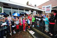 ALGEMEEN: SINT NICOLAASGA: parkeerterrein naast zalencentrum Sint Nicolaasga, 31-05-2012, Manifestatie tegen sluiting bibliotheek St. Nicolaasga, Liedeke (midden op de foto, als piraat) heeft zich de afgelopen weken sterk gemaakt voor het behoud van de bieb en de schoolkinderen opgeroepen om zo veel mogelijk verkleed als hun favoriete boekpersonage naar de manifestatie te komen, ©foto Martin de Jong