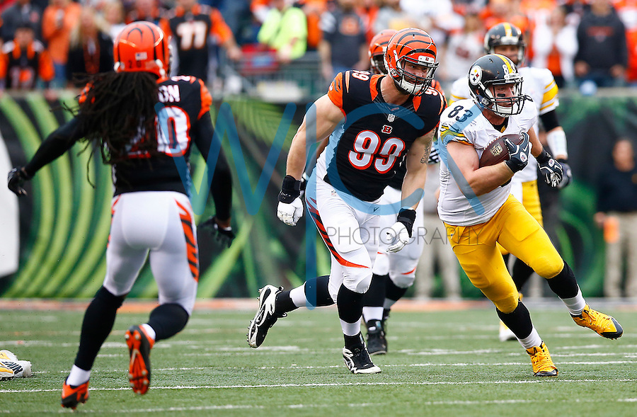 Heath Miller #83 of the Pittsburgh Steelers runs after a catch against the Cincinnati Bengals during the game at Paul Brown Stadium on December 12, 2015 in Cincinnati, Ohio. (Photo by Jared Wickerham/DKPittsburghSports)