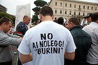 Roma 7 Giugno 2011.Piazza Bocca della Verita'.Sciopero dei tassisti proclamato da 7 sigle sindacali che chiedono il cambiamento del regolamento comunale in via di approvazione in Campidoglio.una maglieta contro i taxi a noleggio