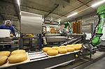 Foto: VidiPhoto<br /> <br /> VEENENDAAL - Het meest moderne en volledig geautomatiseerde kaaspakhuis van Europa wordt maandag gevuld met 5 miljoen kilo kaas. In de 20 meter hoge en 7000 vierkante meter grote opslagruimte van Van der Heiden Cheese Services in Veenendaal worden straks de tienduizenden kazen voor met name de export met geen hand meer aangeraakt. Het zijn, zodra de opstartfase achter de rug is, alleen nog maar robots en shuttles die de kazen in de twee verdiepingen hoge koelcellen plaatsen voor rijping en er na enkele weken of jaren (afhankelijk van de soort kaas) er weer uit halen. Van der Heiden bespaart hiermee veertien arbeidskrachten. Ook het verpakken en verwerken verloopt op termijn volledig automatisch. De Veenendaalse kaasverwerker speelt met het kaaspakhuis 3.0 in op de enorme vraag aan Nederlandse kaas vanuit het buitenland. Ook de binnenlandse consumptie neemt nog ieder jaar toe.