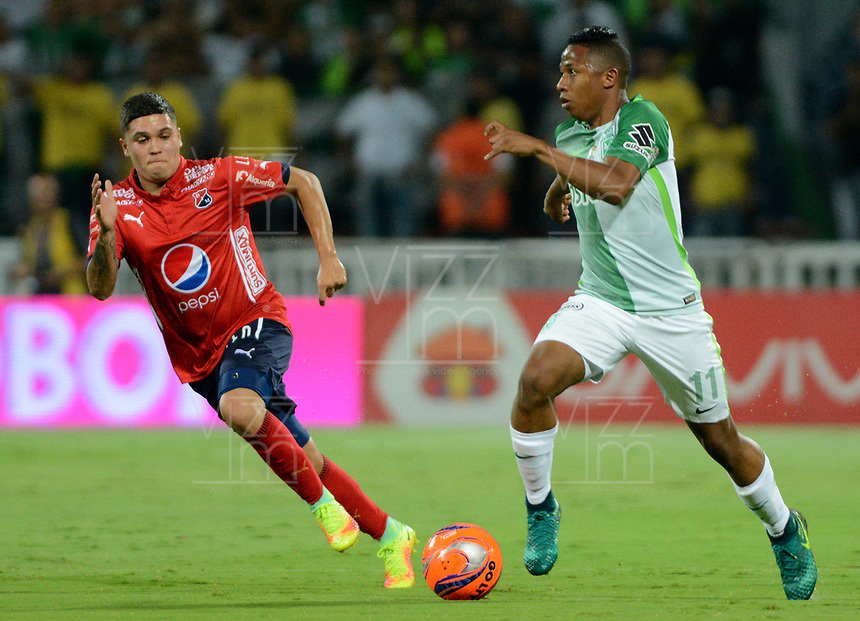 MEDELLÍN - COLOMBIA - 18-03-2017: Andres Ibargüen (Der.) jugador de Atlético Nacional disputa el balón con Juan F Quintero (Izq.), jugador de Deportivo Independiente Medellin, durante partido de la fecha 10 entre Atletico Nacional y Deportivo Independiente Medellin, por la fecha 10 por la Liga Águila I 2017, jugado en el estadio Atanasio Girardot de la ciudad de Medellín. / Andres Ibargüen (R) player of Atletico Nacional vies for the ball with Juan F Quintero (L), player of Deportivo Independiente Medellin, during a match of the date 10 between Atletico Nacional and Deportivo Independiente Medellin for the Aguila League I 2017, played at Atanasio Girardot stadium in Medellin city. Photo: VizzorImage / León Monsalve / Cont.