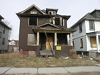 Detroit: downtown. Una casa rotta e decadente in vendita.