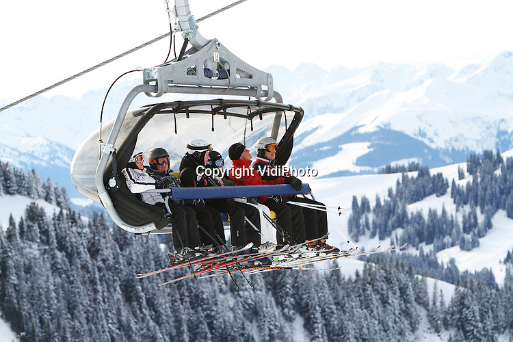 Foto: VidiPhoto..SCHEFFAU - Nederlanders die  in de Kerstvakantie met wintersport naar Oostenrijk gaan, hoeven over de hoeveelheid sneeuw niet te klagen. In een van de grootste skigebieden van Tirol, Wilder Kaiser Brixental met 279 aan pistekilometers, ligt op alle pistes voldoende sneeuw. Bovendien wordt er de komende dagen nog meer sneeuw verwacht. Het is lang geleden dat de sneeuwcondities zo vroeg in het seizoen, zo goed waren. Tal van Nederlander, vooral ouderen, hebben de afgelopen dagen gebruik gemaakt van de relatieve rust voor de vakantie om de pistes in Oostenrijk te verkennen..
