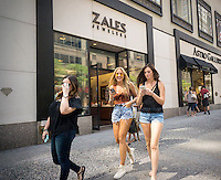 A Zales Jewelers store on Fifth Avenue in New York on Friday, August 26, 2016.  Signet Jewelers, the owner of the Zales, Kay and Jared jewelry brands reported a drop in second-quarter sales and profits missing analysts' expectations. (© Richard B. Levine)
